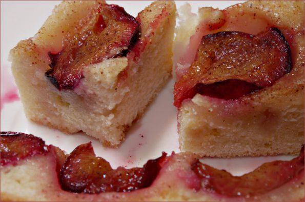 Пирог из заварного теста со сливами