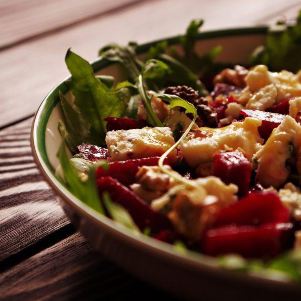 Салат со свеклой, голубым сыром и орехами