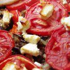 Цельнозерновая галета с баклажанами, помидорами и фетой