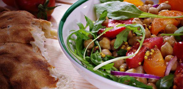 Салат с жареным нутом и помидорами