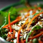 Хрусткий салат із моркви та яблука з медово-гірчичною заправкою