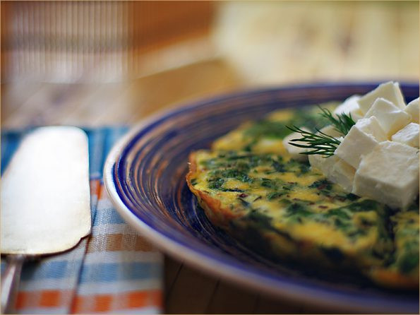 Зеленый омлет со шпинатом и брынзой