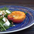 Салат з персиками на грилі, фісташками і фетою