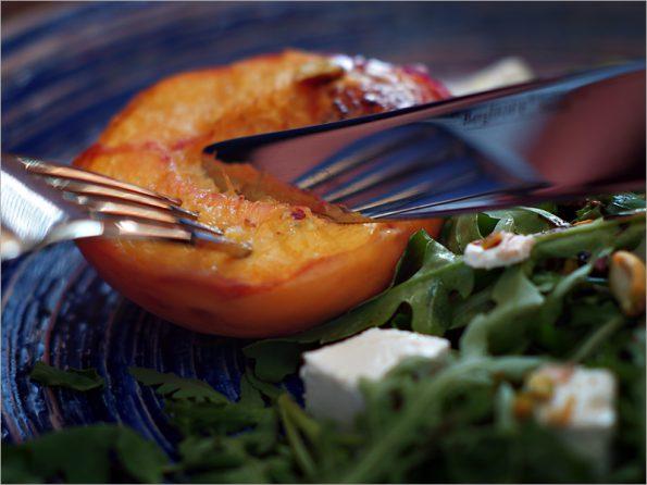 Салат с персиками на гриле, фисташками и фетой