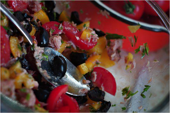 Салат с тунцом и свежими овощами в итальянском стиле