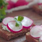 Весенние бутерброды с творогом и редисом