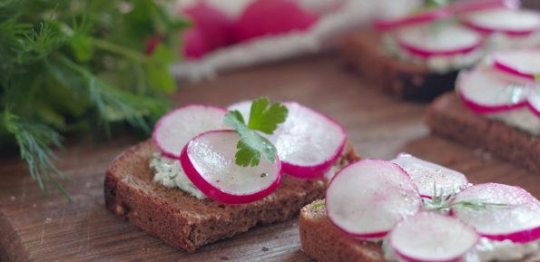 бутерброды с творогом и редисом
