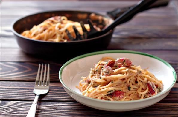 паста с вялеными помидорами и шпинатом в кремовом соусе