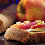 Канапе с сыром бри и карамельными яблоками