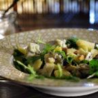 Зелений салат з блакитним сиром і солодким яблуком