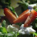 Яскравий салат із полуницею, моцарелою і руколою