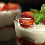 Чізкейки у склянках з гранолою і ягодами