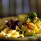 Зеленый салат с кукурузой и огурцом