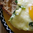 Зеленая шакшука — яичница со шпинатом
