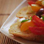 Классическая брускетта с помидорами и моцареллой