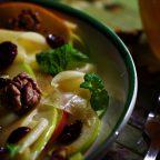 Салат с яблоками, сыром и орехами