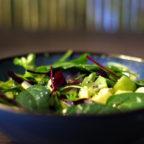 Зеленый салат с яблоком и киви